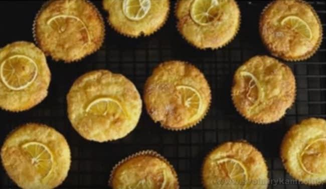 Маффины с лимоном можно украсить маленькими дольками.