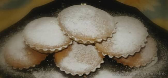 Маффины на кефире можно украсить сахарной пудрой.