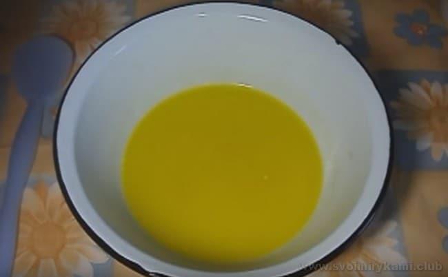 Для приготовления маффинов на кефире лучше использовать сливочное масло.