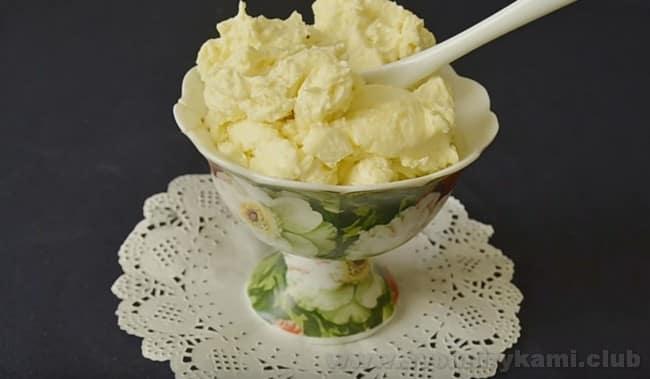 Масляный крем со сгущенкой для торта готовится очень быстро.