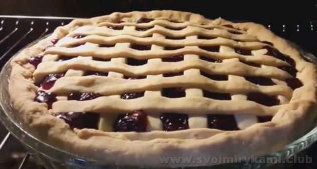Песочный пирог с вишней при желании можно покрыть сверху слоем безе.