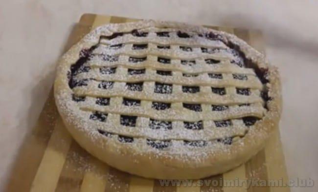Песочный пирог с вишней можно украсить сахарной пудрой.