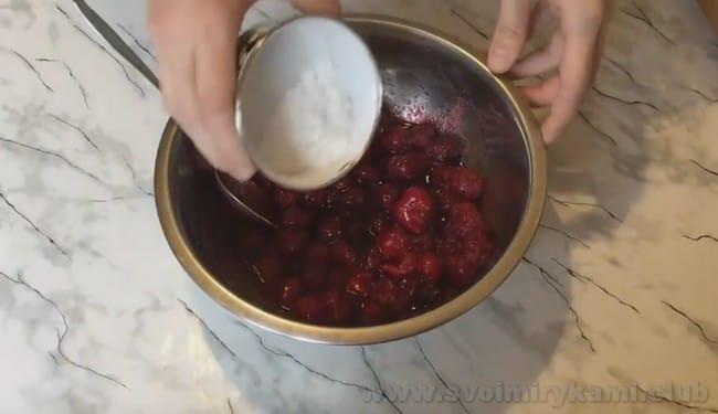Песочный пирог можно также испечь с творогом и вишней.