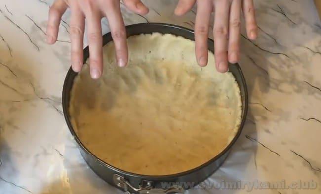 При выпечке песочного пирога с вишней бортики в форме можно делать слитными с подошвой, а можно сформировать их из жгутика теста.