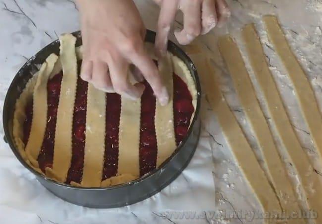 Песочный пирог с вишней можно украсить декоративной решеточкой.