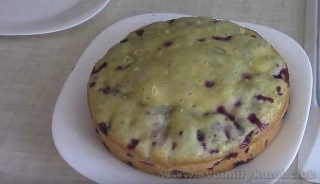 Остывший пышный пирог на кефире с вареньем, приготовленный в мультиварке, и сам по себе выглядит очень красиво.
