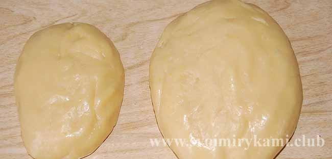 Разделяем тесто для пирога с курицей и картошкой
