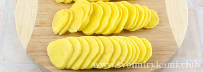 Нарезаем картошку круглыми кусочками для пирога с курицей и картошкой