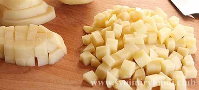Для пирога с курицей и картошкой нарезаем картофель