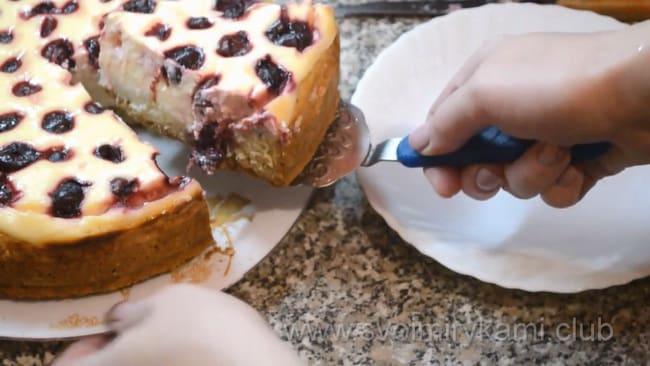 Готовый пирог с вишней и творогом.