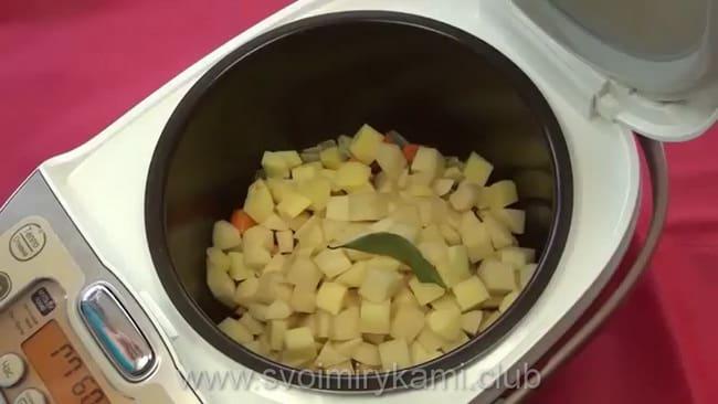 добавьте картошку и специи