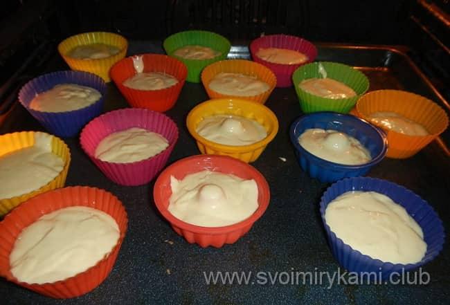 Разложите тесто по формам.
