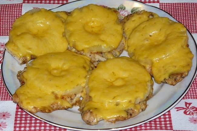 Готовая отбивная из свинины с ананасом.