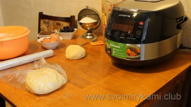 Скатываем тесто в колобок, пищевой пленкой плотно заворачиваем его и помещаем в холодильник на один час