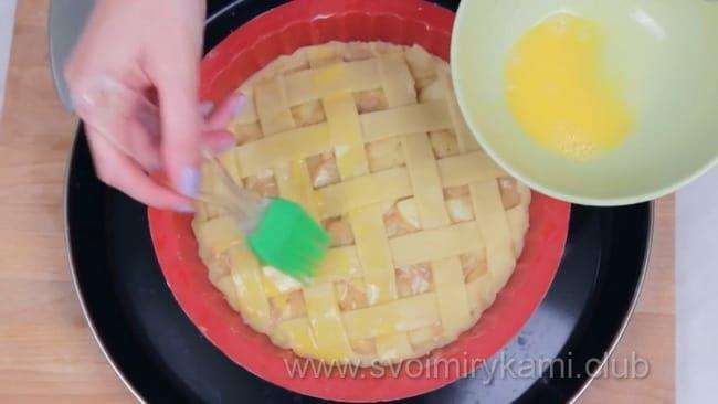 Собираем открытый пирог с яблоками.