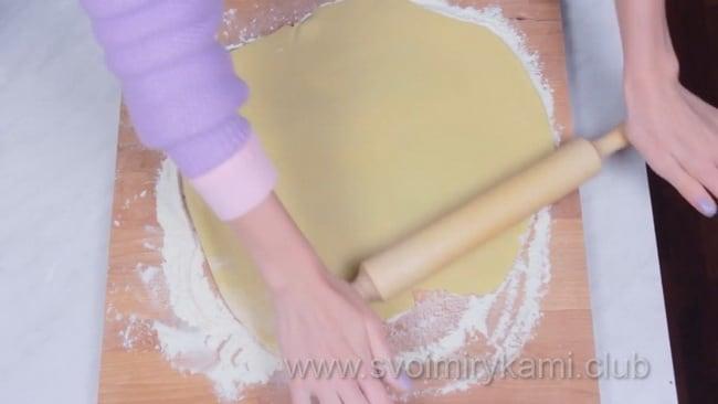 Раскатываем тесто для открытого пирога.