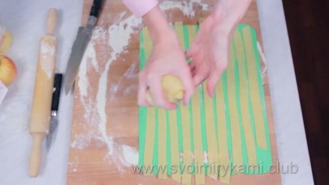 Подготавливаем полоски теста для открытого пирога.