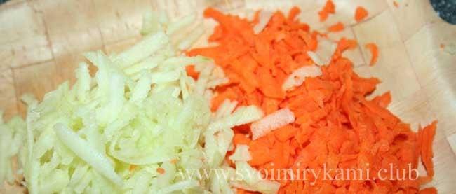Для простого морковного пирога с яблоком смешиваем морковь и яблоки