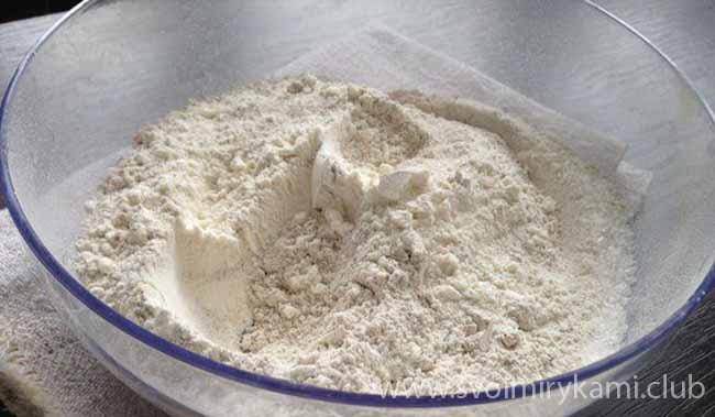 Смешиваем сухие ингредиенты для кекса с изюмом