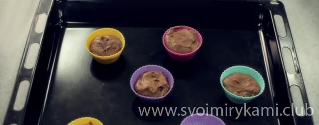 Заполняем формочки тестом шоколадного капкейка