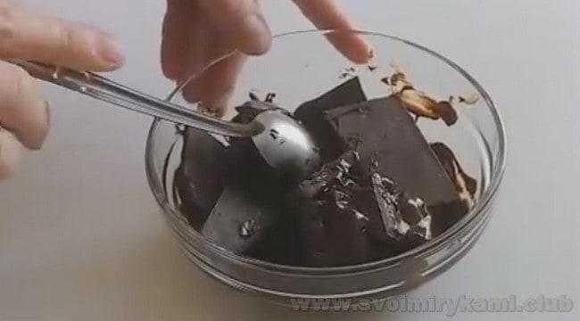 Масляный крем со сгущенкой для торта можно сделать шоколадным.