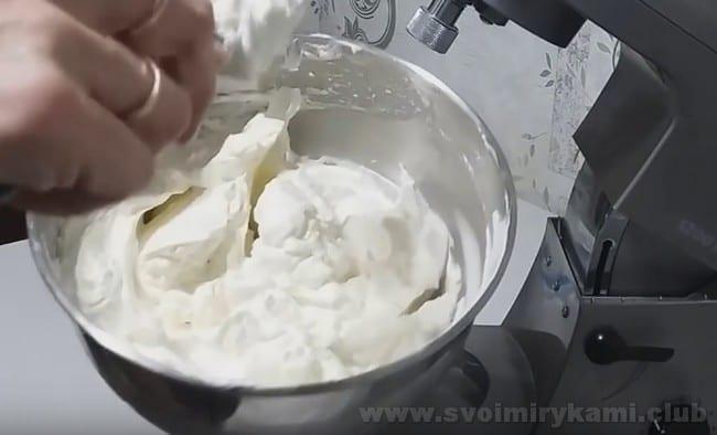 Один из лучших вариантов сладкой начинки для профитролей - творожный крем.
