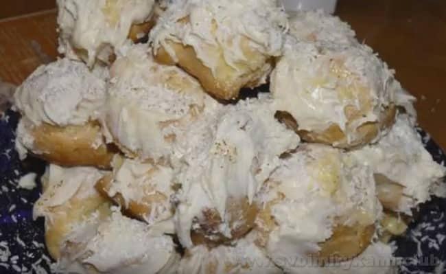Из профитролей можно также приготовить красивый торт со сметанным кремом.