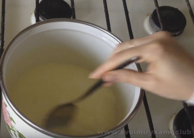 Заварное тесто для профитролей идеально сочетается в начинкой из заварного крема.
