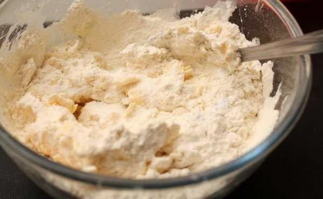 Добавляем к тесту творожного пирога с черникой оставшуюся муку.