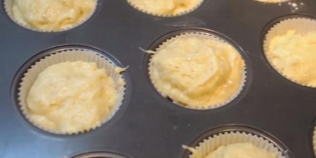 Заливаем тесто для маффинов с бананами в формы