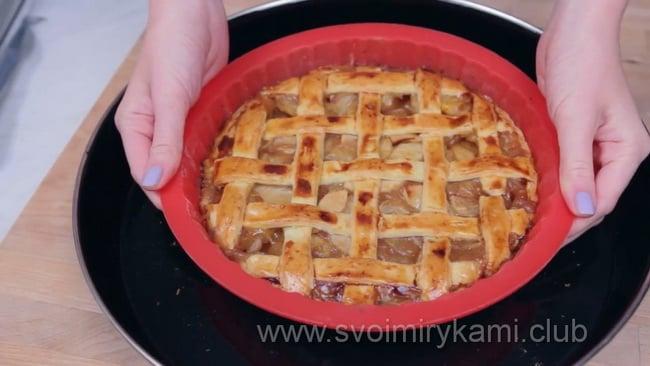 Готовый открытый яблочный пирог.