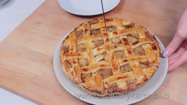 Готовый открытый яблочный пирог