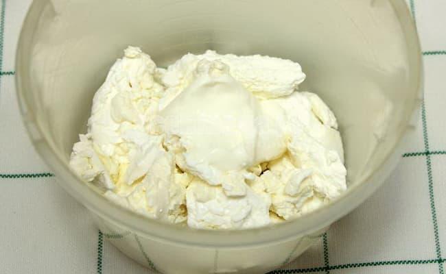 Что бы сделать начинку для пирога с творогом и черникой сначала творог заливаем сметаной.
