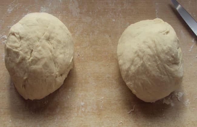 Поделим тесто для пирога с вишней из слоеного теста на 2 части.