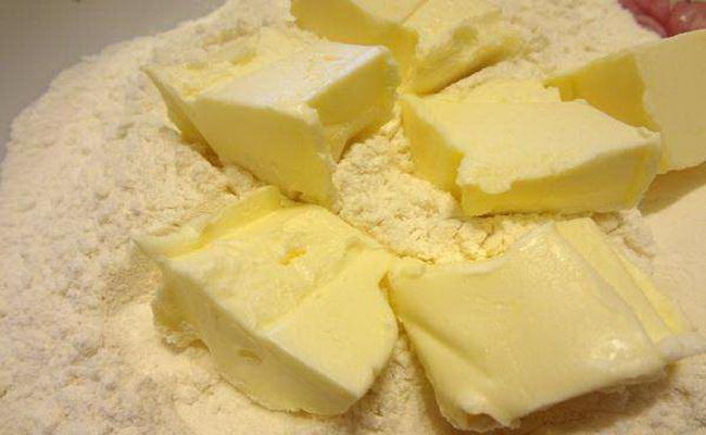 В мучную смесь выкладываем маргарин либо сливочное масло что бы заместить тесто для творожного пирога с черникой.