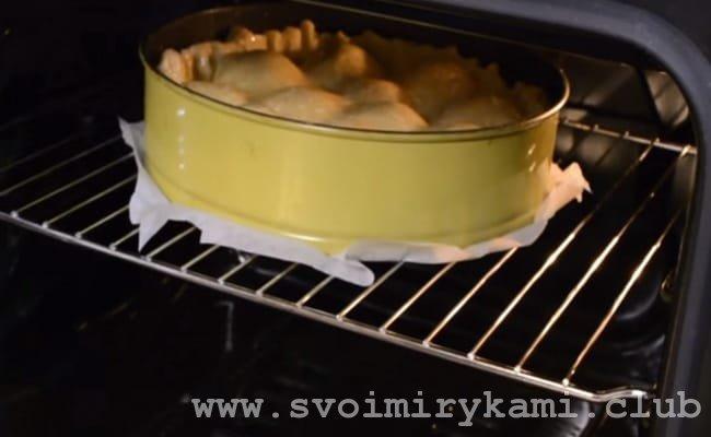 Запекаем творожный пирог с яблоками в духовке.