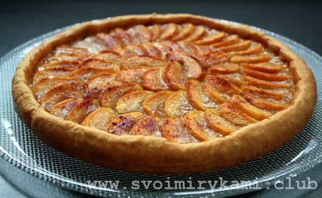 Готовый пирог с творогом и яблоками.