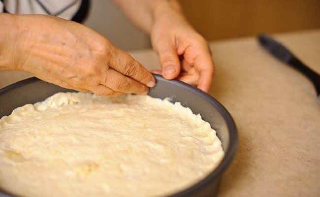 После того как выложили начинку закрываем наш пирог с творогом и черникой.