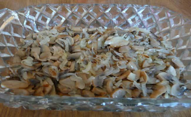 Вторым слоем ложем грибы с луком в салат нежность с курицей и ананасами.