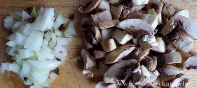 Нарезаем лук и грибы для биточков из фарша с подливкой