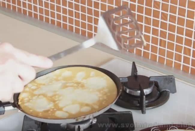Приготовленные по этому рецепту блины на прокисшем молоке порадуют вас отличным вкусом.