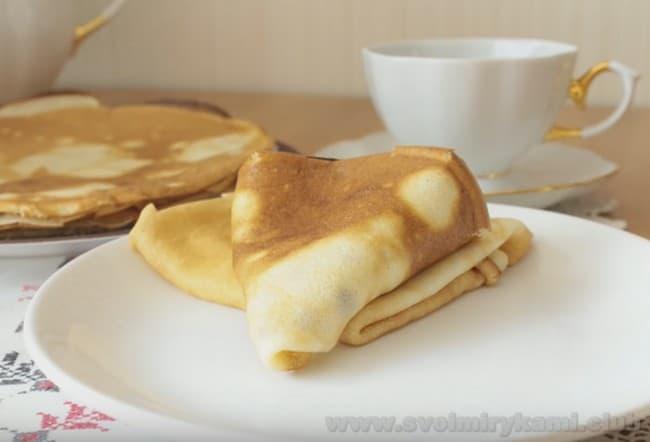 Подавайте блины на кислом молоке к чаю с медом, вареньем, сливками.