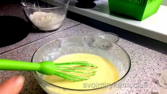 Готовим тесто для блинов.