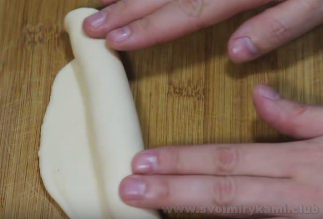 Формируются булочки для хот-догов очень просто и быстро.