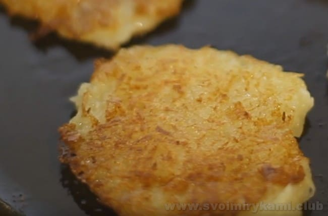 Драники с сыром и картошкой - это невероятно вкусно!