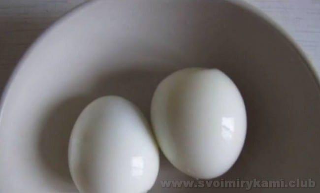 В паштет из фасоли можно добавить также вареные яйца.