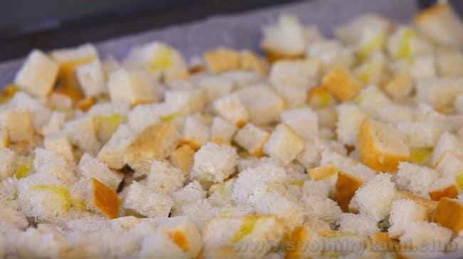 Готовя гренки для испанского супа гаспачо, не забудьте немножко полить их оливковым маслом.