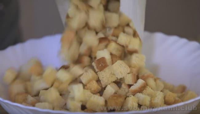 Еще теплыми, гренки сразу же используют для посыпки порционных тарелочек с испанским супом гаспачо.