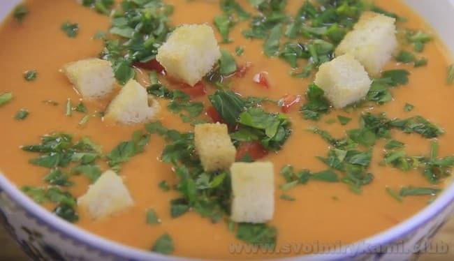 Подавайте холодный суп гаспачо с зеленью и теплыми гренками.