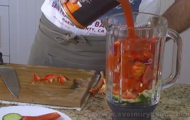 Испанский суп гаспачо можно очень быстро приготовить при помощи блендера или кухонного комбайна.